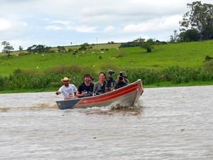 Visitantes passearam de barco pelas águas do Piracicaba para observar pássaros (Foto: Fernanda Zanetti/G1)