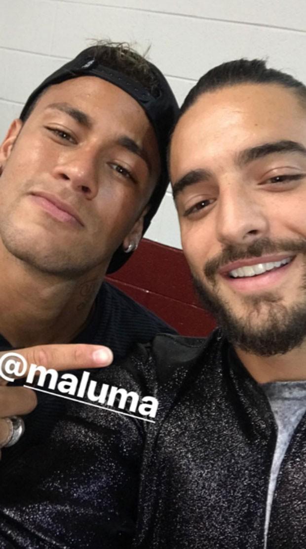 Neymar é tietado por Maluma (Foto: Reprodução)