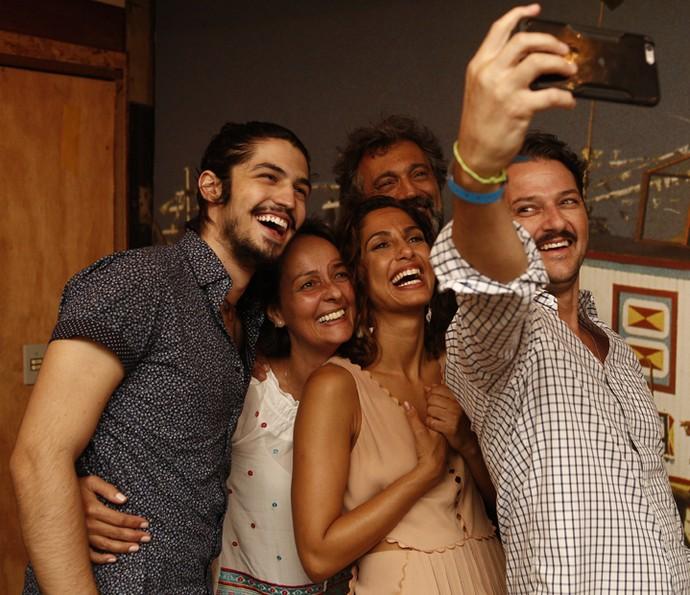 Gabriel Leone, Camila Pitanga, Domingos Montagner e Marcelo Serrado fazem selfie com a autora Edmara Barbosa (Foto: Inacio Moraes/ Gshow)