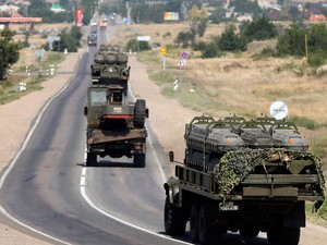 Veículos militares russos carregados com porta-mísseis para navios passam por estrada em província da Rússia na fronteira com a Ucrânia. (Foto: Maxim Shemetov/Reuters)