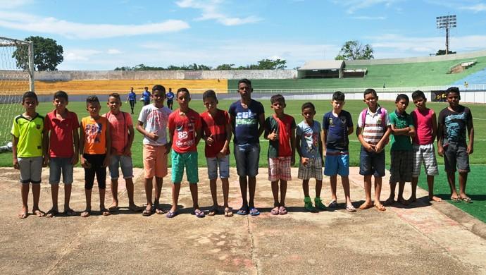 Crianças que fazem parte da escolinha de futebol do projeto Moreno Maia (Foto: Duaine Rodrigues)