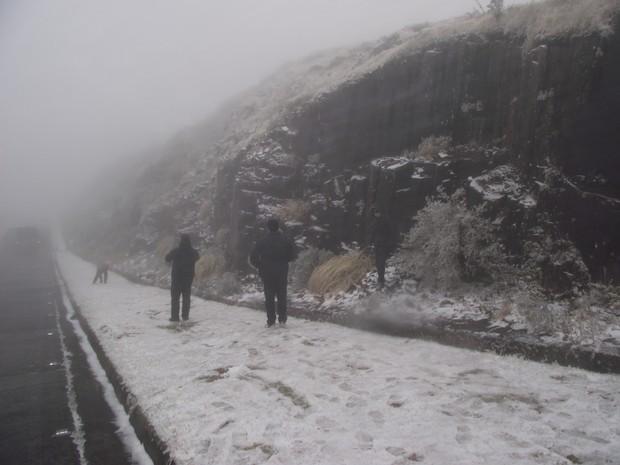 Neve acumuldade no Morro da Igreja (Foto: Sérgio José de Lima/Prefeitura de Urubici)