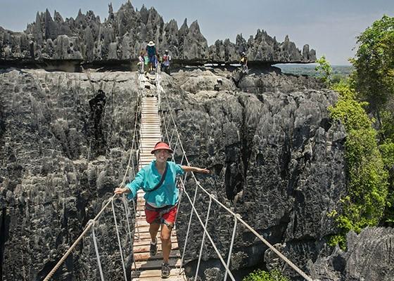 Uma caminhada pelas formações cársicas do Grande Tsingy de Bemaraha inclui passar por pontes que ligam os rochedos  (Foto: © Haroldo Castro/ÉPOCA)