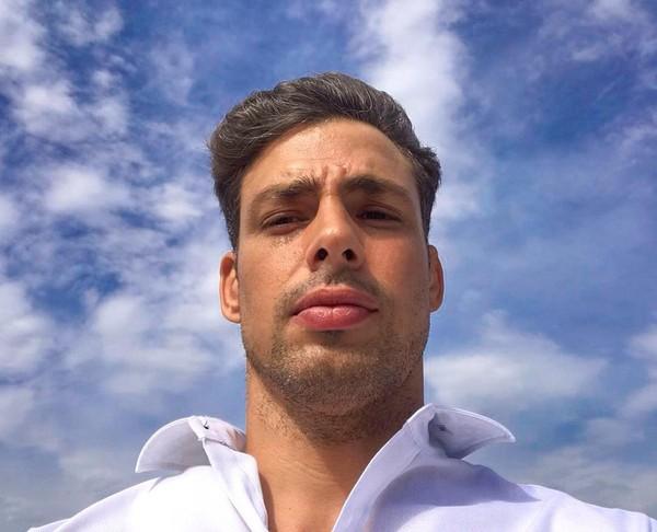 Cauã Reymond posta selfie durante viagem: '!Hola Chile¡'