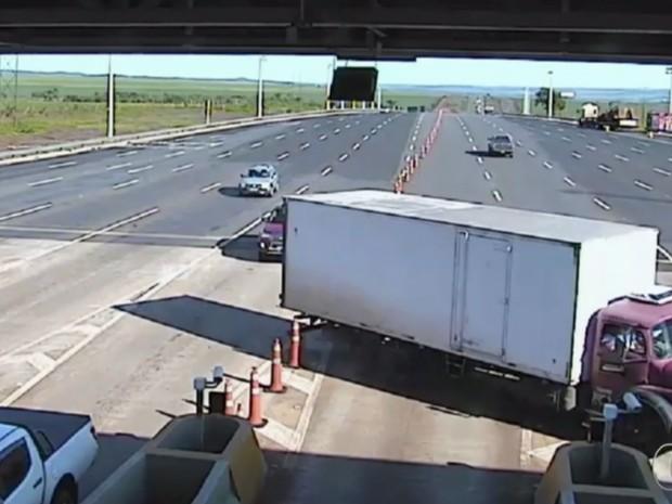 Caminhão faz manobra proibida dentro da praça de pedágio em Goiás (Foto: Reprodução/TV Anhanguera)