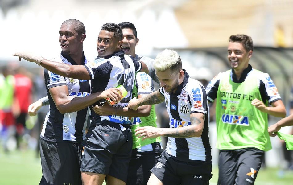 Santos comemora o gol da vitória por 3 a 2 contra o RB Brasil, no Pacaembu