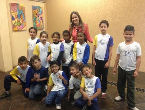 Mirielly de Castro  e os alunos durante a visita (Foto: Reprodução / TV Diário)