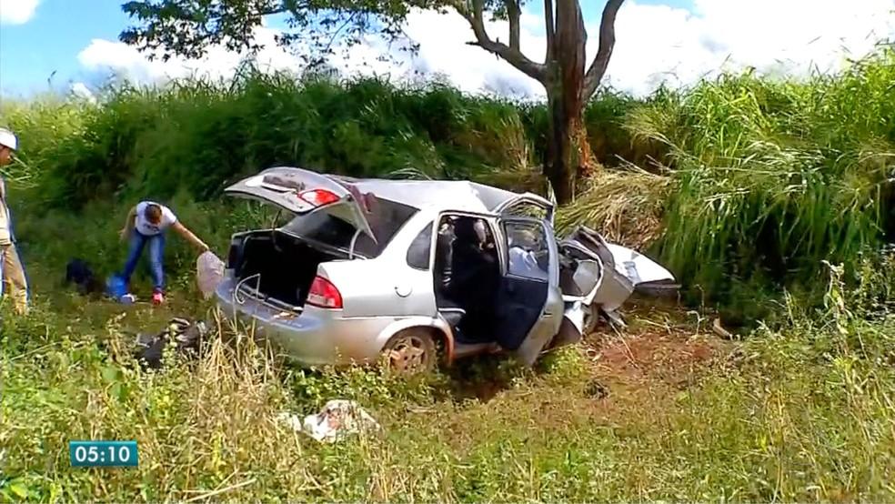 Marido morreu após puxar volante e mulher bater carro em árvore na MT-358 (Foto: Reprodução/TVCA)