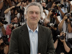 O presidente do júri, Robert De Niro, passa pelo tapete vermelho durante o lançamento do novo 'Piratas do Caribe - navegando em águas misteriosas', em Cannes, neste sábado (14). (Foto: Reuters)