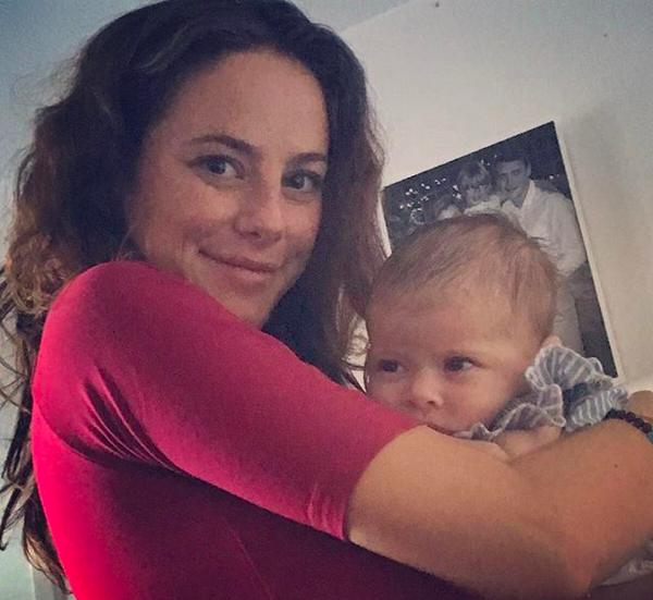 A atriz Kaya Scodelario com o filho no colo (Foto: Instagram)