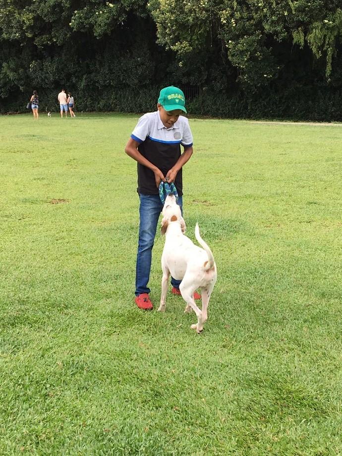 """Juan brincou com Téo, cãozinho que passeava pelo """"Parcão"""" do museu (Foto: Divulgação/RPC)"""