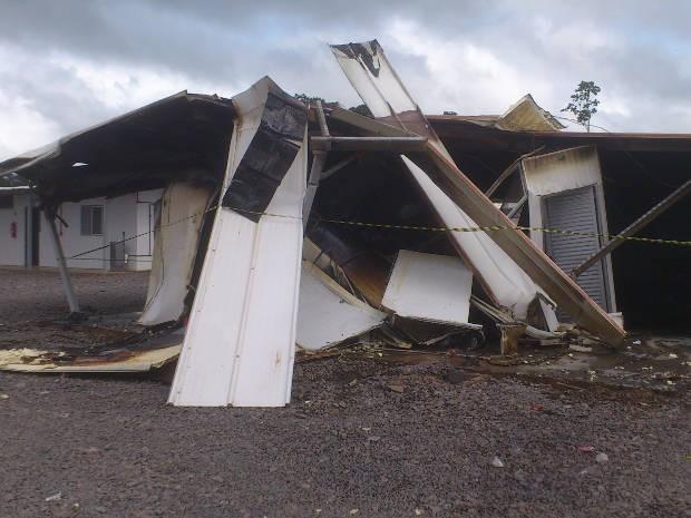 Alojamentos do canteiro de obras foram depredados (Foto: Glaydson Castro/TV Liberal)
