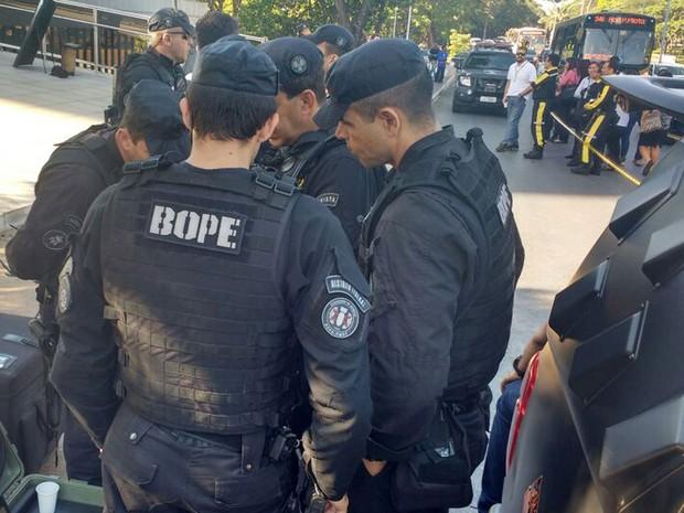 Policiais do Bope durante inspeção no Banco Central, em Brasília, por suposta ameaça de bomba nesta quarta-feira (26); mochila foi abandonada no local (Foto: Elielton Lopes/G1)