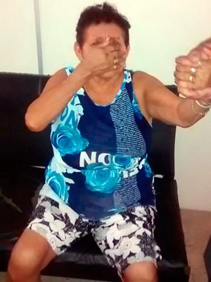 Segundo a polícia, idosa admitiu ser a dona da droga apreendida na casa dela (Foto: Judas Tadeu/G1)
