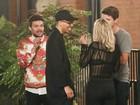 Rita Ora é clicada com cigarrinho suspeito em roda de amigos