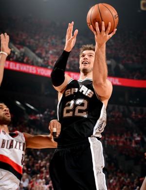 Tiago Splitter faz cesta para os Spurs contra os Blazers (Foto: Getty Images)