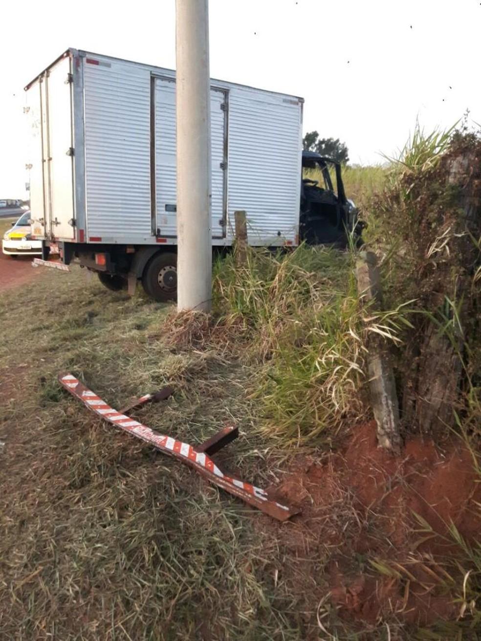 Caminhão foi parar para fora da pista  (Foto: Renan Contrera)