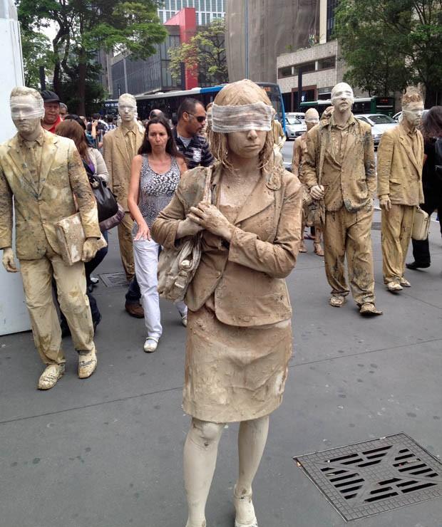 Caminhada faz parte de uma perfomance teatral que quer mostrar uma sociedade paralisada por rotinas sufocantes de trabalho. (Foto: Guilherme Tosetto/G1)