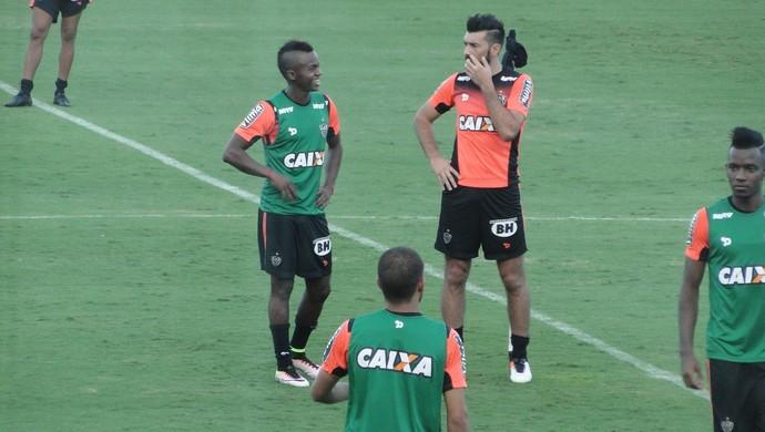 Cazares e Dátolo, meias do Atlético-MG (Foto: Fernando Martins Y Miguel)