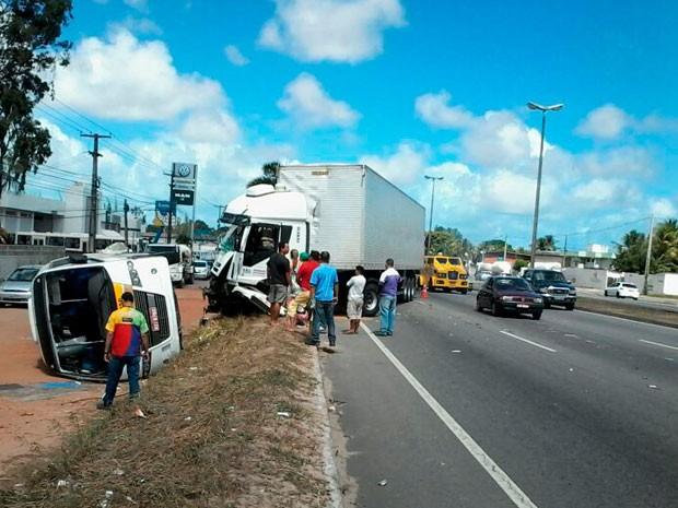 Micro-ônibus tombou na BR-101, em Parnamirim, após ser atingido na lateral por uma carreta carregada de madeira (Foto: Murilo Meireles/G1)
