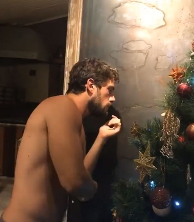 Rafael Cardoso montou a árvore de Natal da família (Foto: Reprodução Instagram)