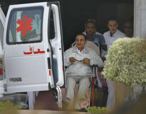 Ex-presidente Hosni Mubarak foi levado do hospital militar do bairro de Maadi, onde está sob prisão domiciliar (Foto: Amr Nabil/AP)