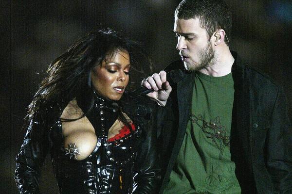 Janet Jackson e Justin Timberlake na polêmica apresentação do Super Bowl de 2004 (Foto: Getty Images)