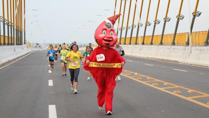 Gotinha da Floresta busca doações para o banco de sangue na Meia Maratona do Amazonas (Foto: Frank Cunha /Globoesporte.com)