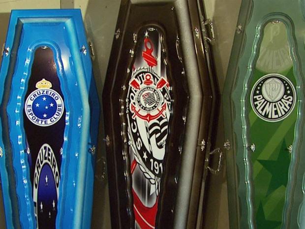 Funerária faz caixões com escudos de times de futebol. (Foto: Reprodução EPTV / Michel Diogo)