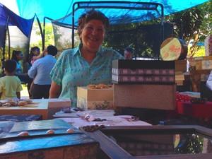 A aposentada Dina Freitas expõe caixas na Feira do Cerrado, em Goiânia, Goiás (Foto: Luísa Gomes/G1)
