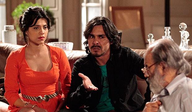 Elisa e Pedro duvidam das histórias de Virgílio (Foto: Amor Eterno Amor/TV Globo)