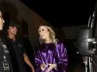 De túnica roxa, Claudia Leitte chega para show em Salvador