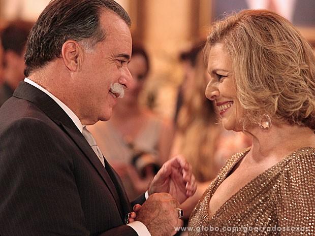 Bimbinho e Combuqueta apaixonados dizem sim (Foto: Guerra dos Sexos / TV Globo)