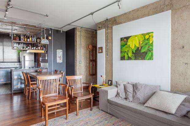 Um apartamento industrial para um senhor de 75 anos cheio de estilo (Foto: Alessandro Guimarães/Divulgação)