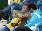 Luciano Huck visita Seleção Brasileira com os filhos