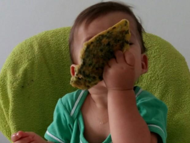 O bebê Bernardo, que desde os seis meses vem sido apresentado a alimentos saudáveis pela família em Brasília, experimentando espinafre em omelete (Foto: Marília Borges/Arquivo Pessoal)