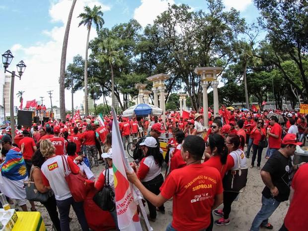 Concentração de manifestantes é na Praça do Derby, na área central do Recife (Foto: Aldo Carneiro/Pernambuco Press)