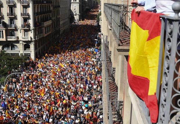 Manifestação contra a independência da Catalunha em Barcelona reúne milhares de pessoas (Foto: Jeff J Mitchell/Getty Images)