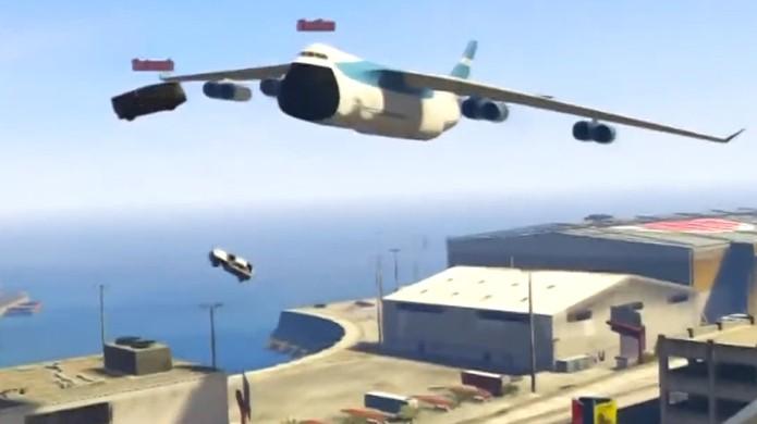 Aterrissar um carro dentro de um avião em GTA Online é tarefa para poucos (Foto: Reprodução)