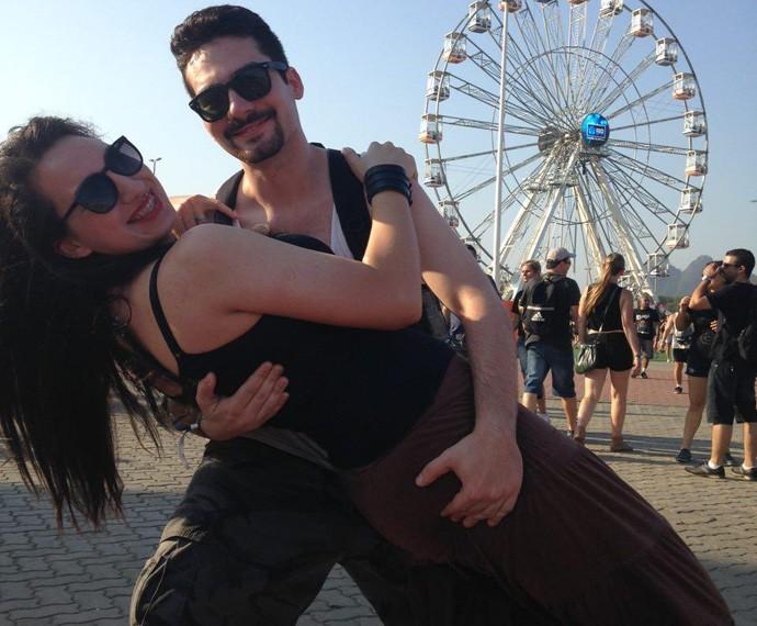 Raissa Almeida e Gabriel Dias no maior 'love' no Rock in Rio (Foto: Gshow)