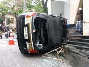 Vândalos tombam carro da polícia em Belo Horizonte (Foto: Pedro Ângelo/G1)