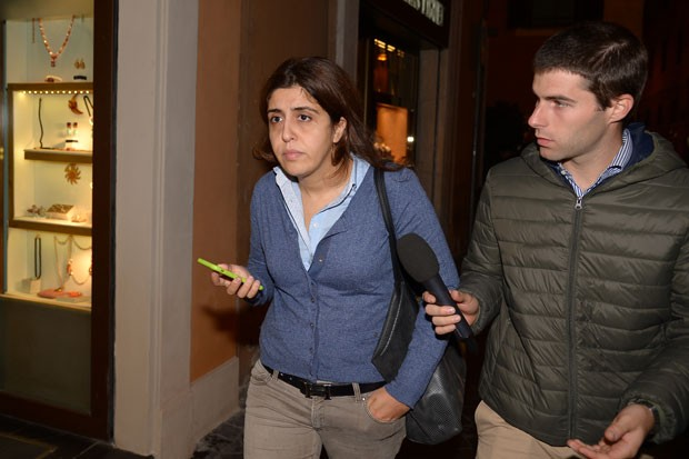 Francesca Chaouqui, acusada de vazar documentos confidenciais do Vaticano, anda ao lado de um jornalista (Foto: Vincenzo Pinto/AFP)