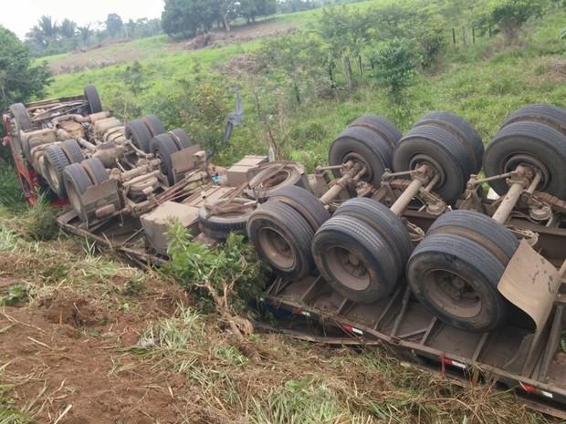 Carreta caiu numa ribanceira e ficou com as rodas suspensas (Foto: Policia Militar/Divulgação)