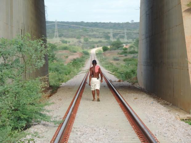 Em São José do Belmonte, os trilhos cobertos por pedras servem de estrada para moradores. (Foto: Katherine Coutinho/G1)