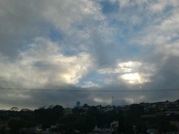 Céu nublado NS Aparecida Juiz de Fora (Foto: Roberta Oliveira/ G1)