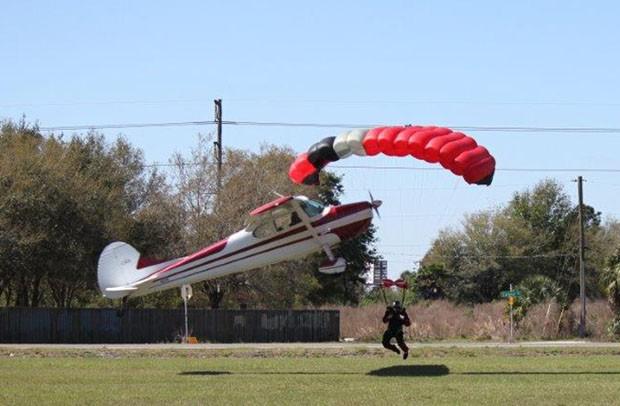 Aeronave acercarse paracaidista durante el intento de aterrizaje (Foto: Policía del Condado de Tim Telford / Polk Oficina / AP)