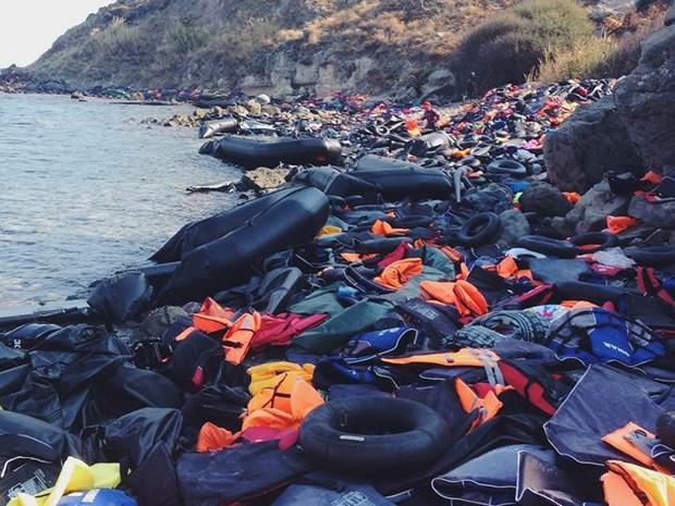 Nas praias rochosas gregas, restos de barcos, coletes e boias são deixadas para trás pelos refugiados (Foto: Ebenézer Paz / Arquivo pessoal)