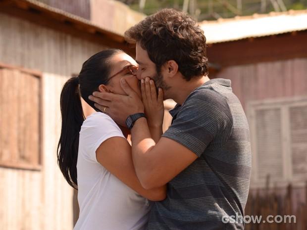 Casal se beija apaixonado (Foto: Raphael Dias/TV Globo)