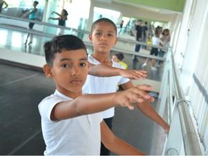 Jardel (à esq.) e Rui são os amapaenses que vão estudar balé clássico em Joinville (Foto: Fabiana Figueiredo/G1)