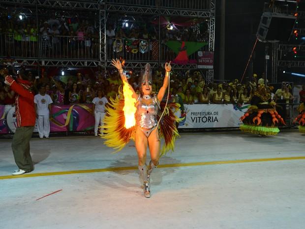 Rainha de Bateria da Jucutuquara bota fogo na avenida (Foto: Bernardo Coutinha/ A Gazeta)